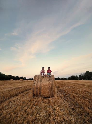 """""""Tomé esta foto en agosto de 2017. No pude resistirme a tomarla porque el cielo y la luz en el campo se veían extraordinarios y las chicas encima del heno lo hicieron súper especial"""""""