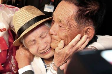Una mujer de 92 abraza a su hijo de 71 de Corea del Norte y a quien no ve desde hace alrededor de 60 años