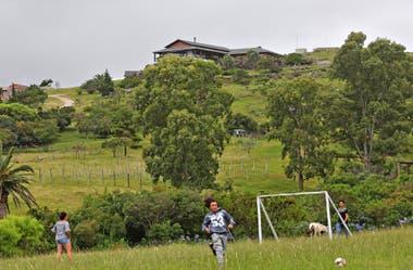 Niños juegan en una escuela rural, lindera a la finca de Balcedo