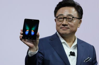 DJ Koh, el presidente de Samsung, muestra el Galaxy Fold abierto