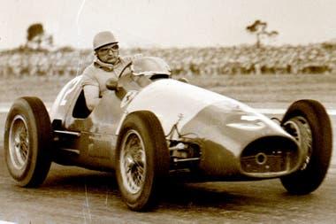 La rueda delantera izquierda de Froilán González a punto de salirse; fue en el GP Argentino de 1955