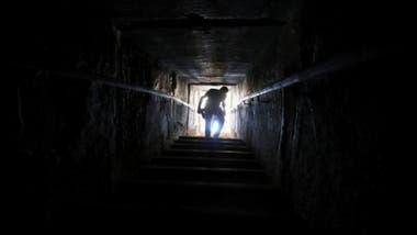 Los visitantes pueden descender 79 metros por un angosto túnel desde una entrada elevada en la cara norte de la pirámide para alcanzar dos cámaras ubicadas en lo más profundo de la estructura.