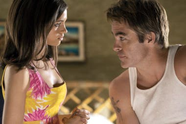 India Eisley y Chris Pine, en la miniserie I Am the Night