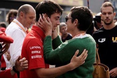 Leclerc y un momento muy emotivo: el saludo con la mamá de Anthoine Hubert, el piloto de F2 fallecido el sábado