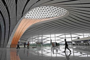 Ha sido construido para aliviar la saturación del Aeropuerto Internacional de Pekín-Capital, el segundo con más tráfico del mundo después del de Atlanta en Estados Unidos