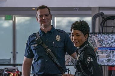 Peter Krause y Angela Bassett en 9-1-1