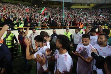 Ofrenda: Masoud Shojaei, capitán del equipo, les dedica la victoria ante Camboya