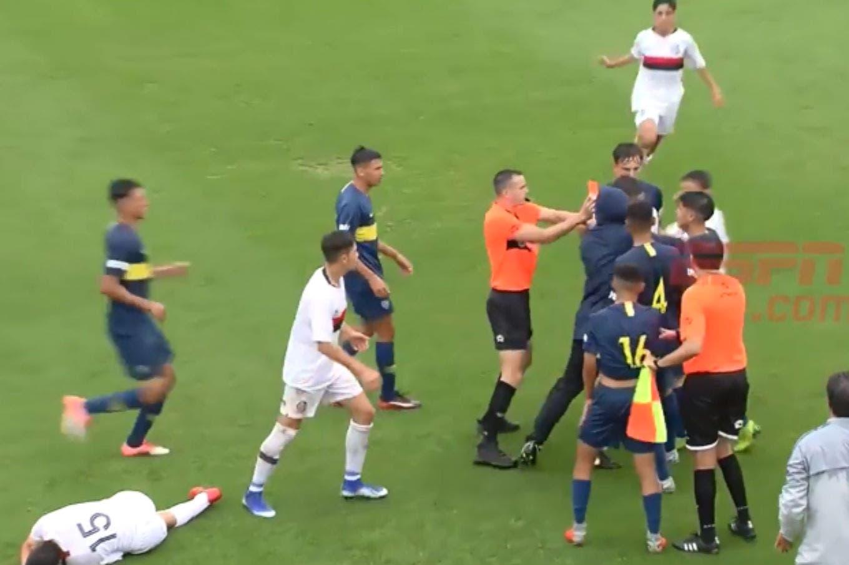Escándalo: planchazo, expulsión y pelea en un partido de Octava división entre Boca y San Lorenzo