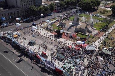 Vista de la Plaza de los Dos Congresos con el drone de LA NACION