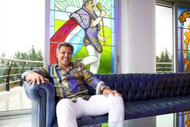 Gómez, sentado en un sillón, en el primer piso de la galería. De fondo, el vitral de Freddie Mercury, elaborado por Ariel Menniniti