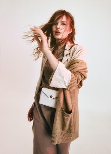 Cardigan tejido (Uma), blazer de lino con botones (Cibeles), vestido camisero con cuello mao (Cibeles), riñonera de cuero (Blaquè)
