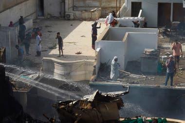 Un avión de la aerolínea Pakistan International Airlines (PIA) con 99 pasajeros y ocho tripulantes se estrelló en una zona residencial cerca del aeropuerto de Karachi