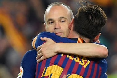 Lionel Messi acumula 34 vueltas olímpicas en Barcelona, dos más que Andrés Iniesta
