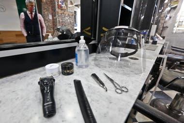 Alcohol en gel, máscaras para que utilicen los peluqueros y elementos de cortes sanitizados, son parte de las medidas de prevención que deberán tomar en las peluquerías