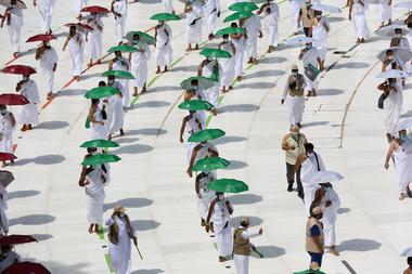 Una fotografía tomada el 29 de julio de 2020 muestra a los peregrinos dando vueltas alrededor de la Kaaba, el santuario más sagrado del Islam, en el centro de la Gran Mezquita en la ciudad sagrada de La Meca, al comienzo de la peregrinación anual al Hajj musulmán