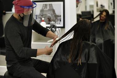 El estilista Hernán Vallejo, que hoy volvió a abrir las puertas de su peluquería