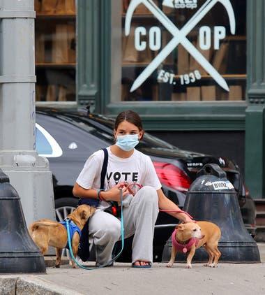 Con una remera que invita a votar, Suri fue vista paseando a sus mascotas por la Gran Manzana