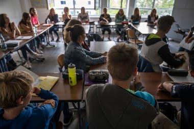Estudiantes asisten a clases en la escuela Christophorusschule en Rostock, norte de Alemania, el 3 de agosto de 2020