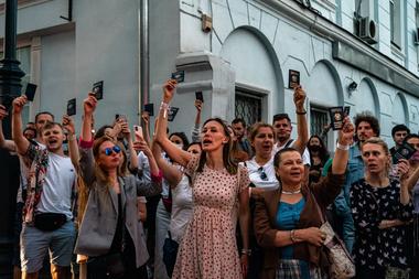 Las personas sostienen pasaportes bielorrusos mientras protestan frente a la embajada bielorrusa después del cierre de las urnas en las elecciones presidenciales de Bielorrusia, en Moscú el 9 de agosto de 2020