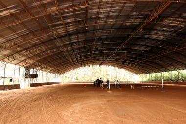 El picadero cubierto, para mover los caballos; incluso se realizan actividades ecuestres los días de lluvia