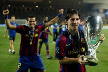 Lionel Messi sostiene la Supercopa de la UEFA tras derrotar a Shaktar Donetsk, durante la final en el Estadio Luis II de Mónaco, el 28 de agosto de 2009