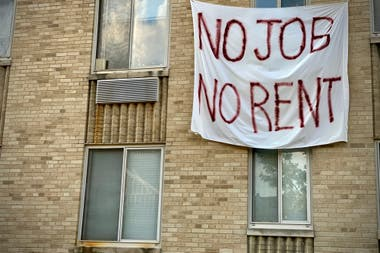 Una pancarta en contra de los desalojos, en Washington, el 9 de agosto pasado
