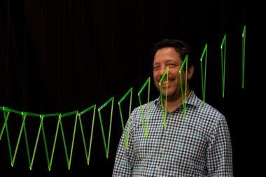 """El artista venezolano Elías Crespín con su obra """"Trialineados Fluo Vert"""", de 2016, otra muestra de su comunión entre informática y arte cinético"""