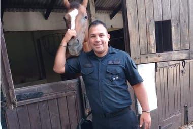 El inspector Juan Pablo Roldan, el hombre de uniforme, fue asesinado a puñaladas