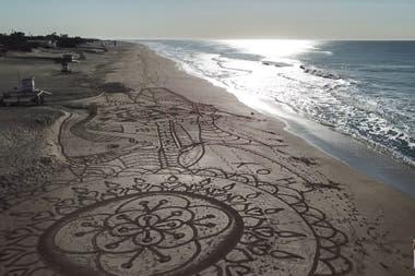 Ahora, más cerca del verano, Lazarte llega a la playa alrededor de las 6.30 para crear mientras disfrutar del amanecer