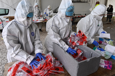 Los bomberos con trajes protectores manejan las pruebas realizadas en un centro de pruebas de Covid-19 el 14 de octubre de 2020 en Montpellier