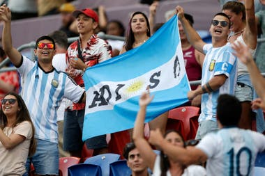 """Hinchas argentinos muestran una bandera con la leyenda """"AD10S"""" y la imagen de Diego Maradona antes del partido entre Los Pumas y los All Blacks por el Tri-Nations en Newcastle, Australia."""