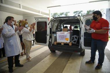 Momento en que arriban las vacunas Sputnik V al Hospital Modular de Granadero Baigorria, localidad cercana a Rosario.