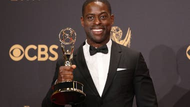 Sterling K. Brown sostiene su Emy concedido como mejor actor protagónico en una serie dramática, por su trabajo en This is us