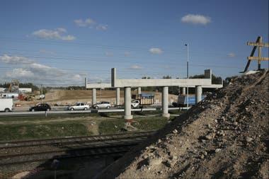 Las columnas del puente que cruza la ruta provincial 205