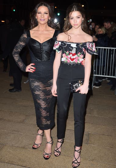 La hija de Catherine Zeta Jones, Cary, antes de entrar a un desfile de Dolce and Gabbana