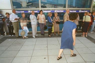 A los mayores les gusta hacer fila en los bancos para socializar. Esa costumbre, ahora, necesita encontrar alternativas. Las comunicaciones teléfonicas y virtuales son algunas de ellas.
