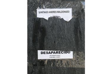 Restos de afiche en reclamo por la aparición con vida de Santiago Maldonado en la localidad de Esquel. Chubut, Septiembre de 2017. Foto: Santiago Hafford