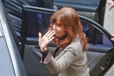 Cristina Kirchner al salir de Comodoro Py, luego de presentar tres escritos al juez Bonadio