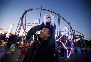Disfraces de terror en el parque Happy Valley en Beijing, China