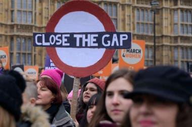 """Una marcha en Londres con un cartel que dice """"cierren la brecha"""""""