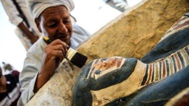 Los arqueólogos presentaron momias, máscaras y herramientas descubiertas durante las continuas excavaciones que se iniciaron cerca de las pirámides de Dahshur el año pasado.