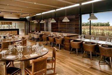 La cocina del Espacio Trapiche se apoya en los viñedos biodinámicos de la bodega, con un ecosistema en equilibrio entre granja, huerta, restaurante y gente.