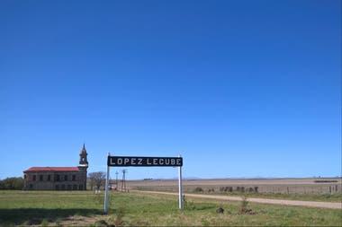La entrada al pueblo, con la iglesia de fondo