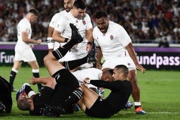 Manu Tuilagi se zambulle en el ingoal de los All Blacks: try de Inglaterra a los 2 minutos