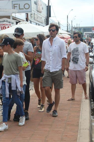 Al igual que otras figuras conocidas, Pampita y García Moritán caminaron por La Barra ante la imposibilidad de disfrutar de la playa