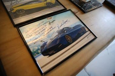 Un cuadro con dedicatoria del reconocido diseñador de autos Horacio Pagani