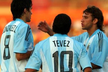 Luis Gonzalez, Carlos Tévez y Osmar Ferreyra en la victoria frente a Colombia en el Preolímpico de Chile 2004