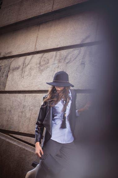 Camisa rayada celeste y blanca de algodón y campera de cuero y gabardina negra (Giesso), pantalón rayado de lana (Vitamina), botas de cuero crema (Prüne)