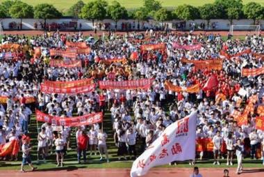 """Los días previos al examen, los estudiantes participan en manifestaciones motivacionales para enfrentar con entusiasmo el """"gaokao"""". (Mianyang, China, 2019)."""