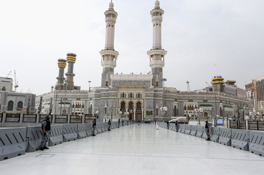 Policías sauditas hacen guardia en la puerta de Abdulazziz que conduce a la Kaaba, el santuario más sagrado del Islam en la Gran Mezquita de la ciudad sagrada de La Meca